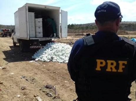 Carga de leite foi destruída após Adagro constatar que o material estava imprório para o consumo (Foto: Divulgação/PRF)