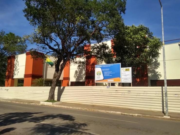 Biblioteca Pública Estadual está em reforma desde janeiro deste ano, em Rio Branco — Foto: Alcinete Gadelha/G1