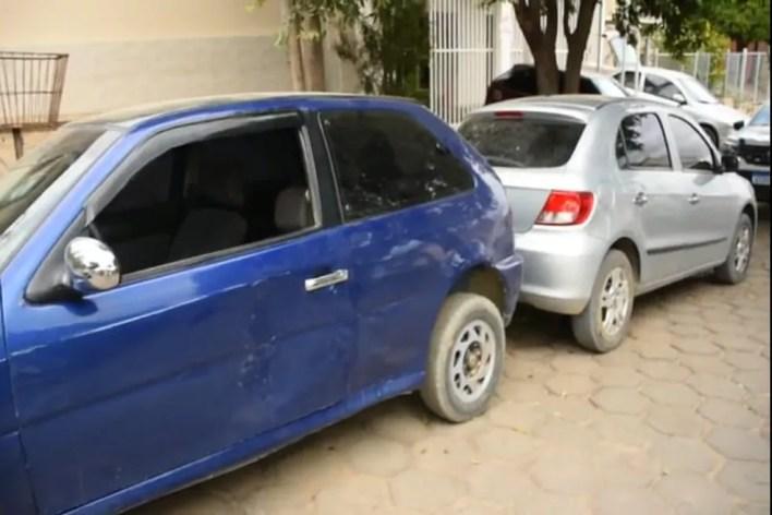 Carros usados pelos criminosos foram apreendidos — Foto: Polícia Militar/ Divulgação