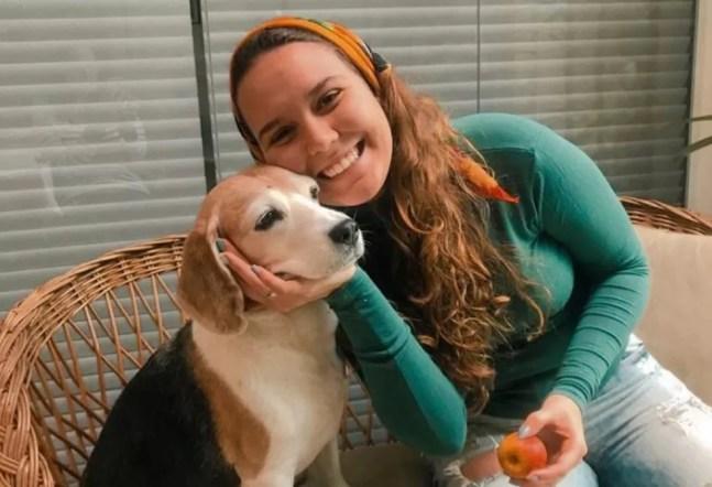 Com as medidas de isolamento social, Beatriz começou a dar banho em casa na beagle Bruma. Antes, a cachorrinha tomava banho em pet shop a cada 15 dias — Foto: Arquivo pessoal