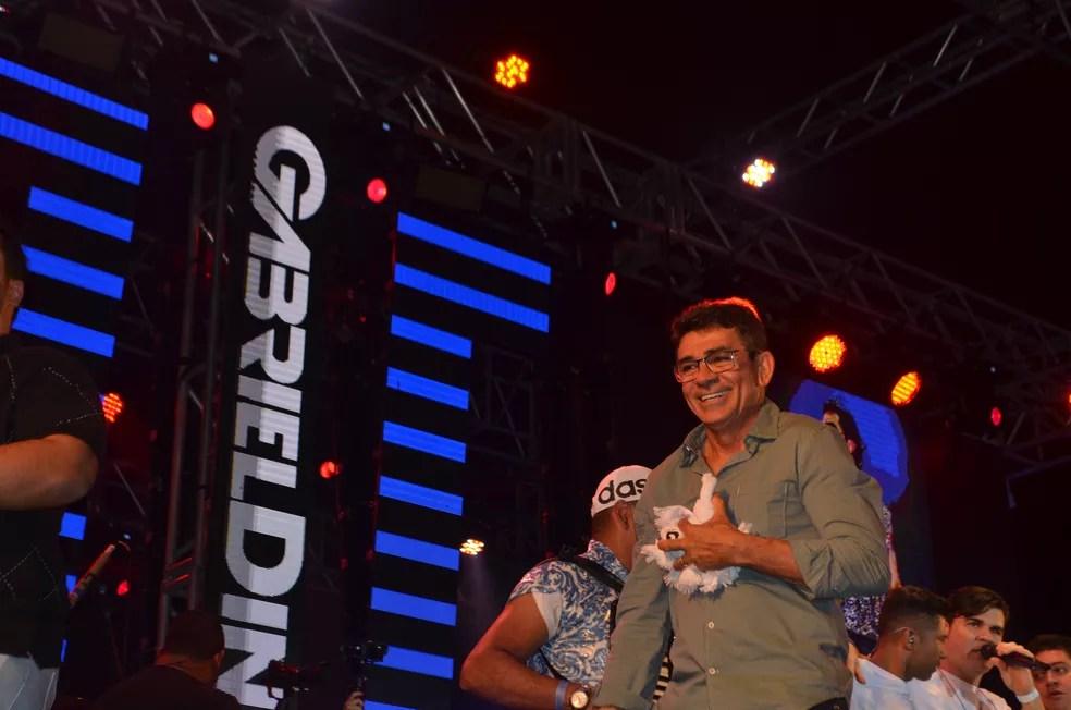 Cizinato Diniz, pai de Gabriel Diniz, durante homenagem ao filho no São João 2019 de Campina Grande — Foto: Iara Alves/G1