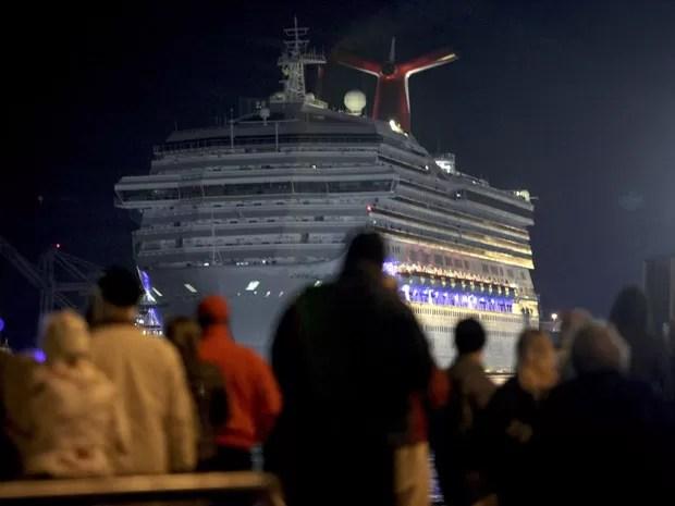 Familiares, amigos e curiosos aguardam o desembarque dos passageiros no porto de Mobile, no Alabama (Foto: Lyle Ratliff/Reuters)