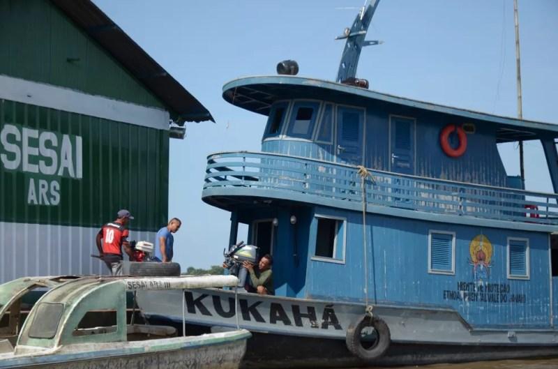 Colaboradores da Funai equipam barco para a ação desta quinta-feira (7) na Terra Indígena do Vale do Javari — Foto: Cleuber Amaro/Funai