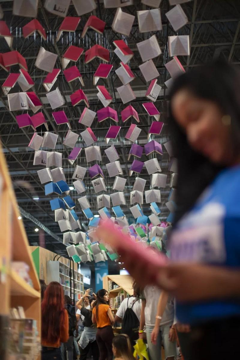 Teto de livros coloridos na Bienal — Foto: Reprodução