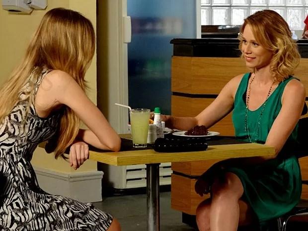 Analu conta a Juliana quem é a paixão de Nando (Foto: Guerra dos Sexos / TV Globo)