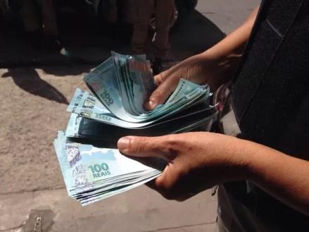 Image result for homem com dinheiro na mão