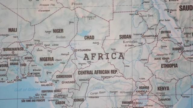 Mapa dos países da África fica na sala do diretor da penitenciária de Itaí (Foto: Carlos Dias/G1)