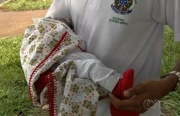 Menina com dois dias de vida foi deixada pela mãe no Hospital Materno Infantil, em Goiânia, Goiás (Foto: Reprodução/TV Anhanguera)