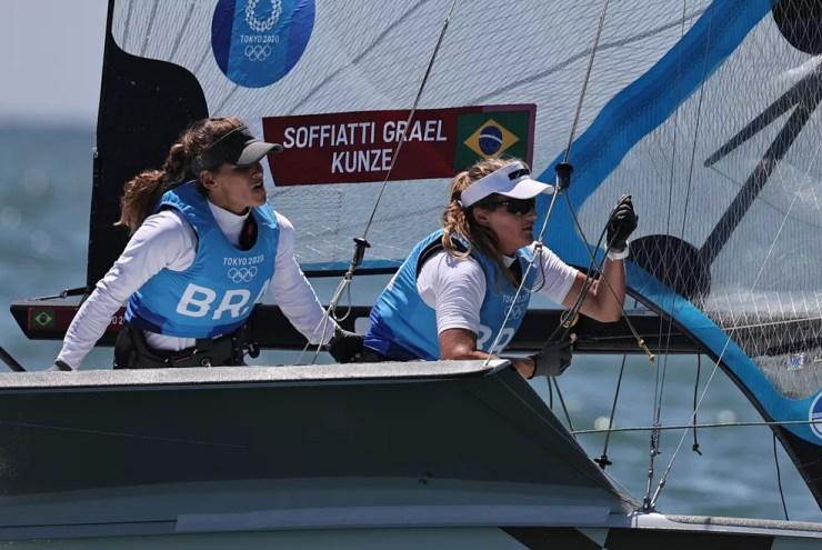 Martine e Kahena em ação na regata que garantiu a medalha de ouro para o Brasil — Foto: REUTERS/Carlos Barria