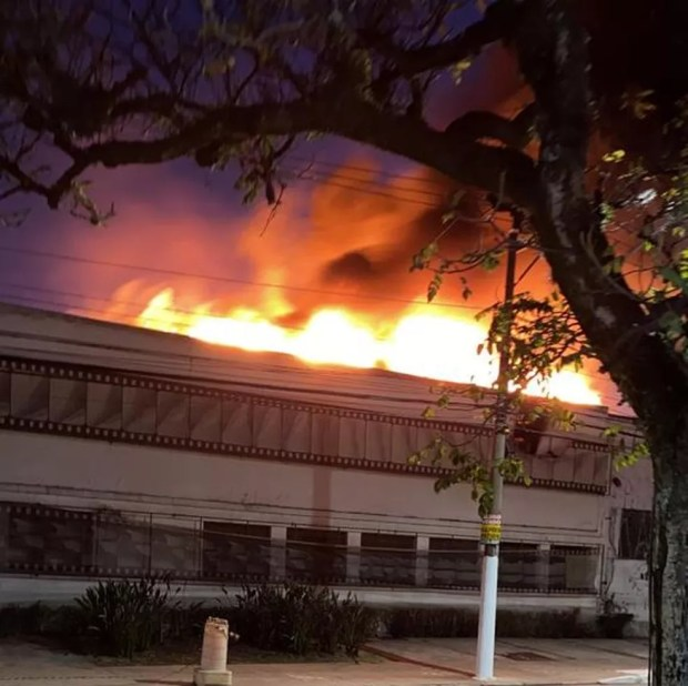 Incêndio atinge prédio da Cinemateca, na Vila Leopoldina, em SP — Foto: Reprodução/Ariane Breyton