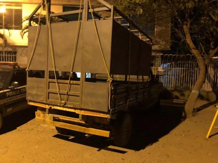 Veículo usado para transportar os animais foi recuperado — Foto: Polícia Civil/ Divulgação