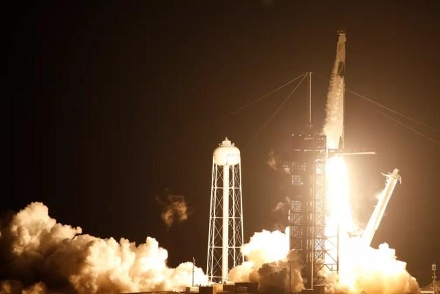 Foguete partiu da Flórida na noite de domingo (15) e chegou à ISS na terça-feira (17) — Foto: Reuters/Joe Skipper