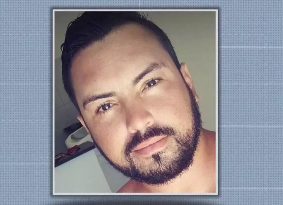 Carlos Samuel Freitas Costa Filho foi filmado agredindo uma mulher com socos no rosto na BA — Foto: Reprodução/TV Santa Cruz