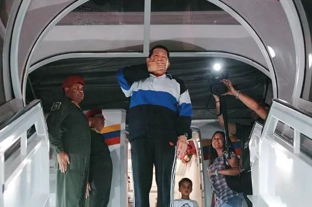 DESPEDIDA Chávez manda beijos antes de embarcar para Cuba, na semana passada. O câncer voltou (Foto: Reuters)
