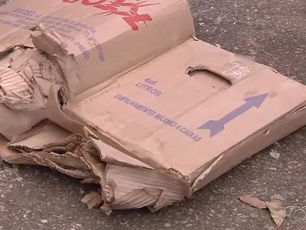 Recém-nascido foi encontrado ainda com a placenta dentro de caixa de papelão, em Goiás (Foto: Reprodução/TV Anhanguera)
