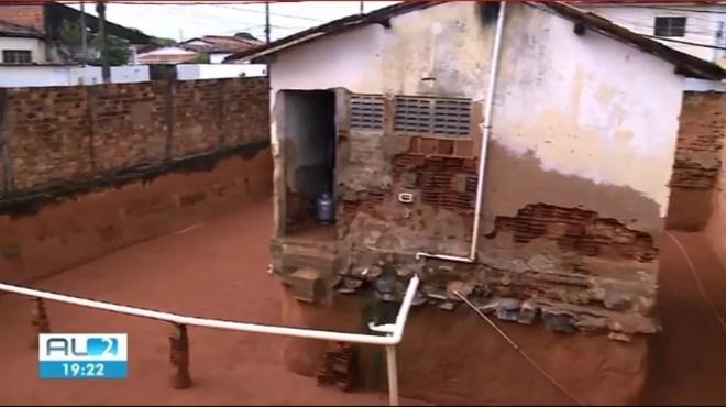 Casa em que irmãs escavaram no entorno durante anos fica em Maceió — Foto: Reprodução/TV Gazeta