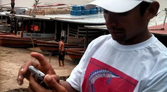 Pescador usa aplicativo para inserir dados sobre barcos e espécies obtidas. Isso ajuda a entender como (Foto: Antonio Oviedo)
