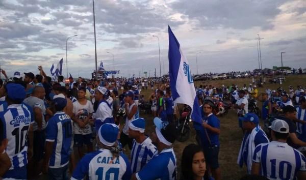 Torcida do CSA invade o estacionamento do aeroporto — Foto: João Alvim/GloboEsporte.com