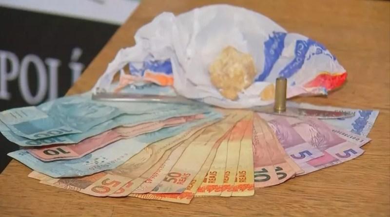 Dinheiro, drogas e uma pistola foram apreendidos em Andradina — Foto: Reprodução/TV TEM