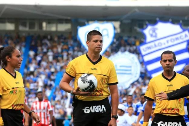 Francisco Carlos do Nascimento comanda CRB x Aliança — Foto: Ailton Cruz/Gazeta de Alagoas