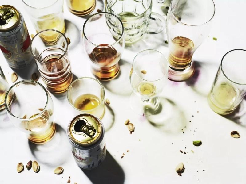 Excessos no consumo de bebidas alcoólicas podem levar a arritmias, hipoglicemia, desidratação, fadiga e queda de concentração e rendimento no esporte — Foto: Getty Images
