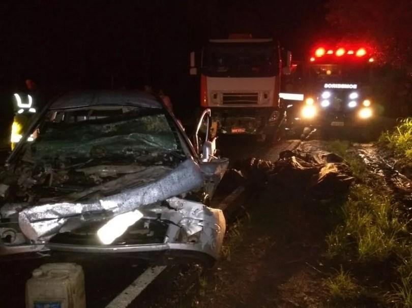 Seis pessoas morreram em acidente entre carro e caminhão em Botucatu (Foto: Jornal Acontece Botucatu/Divulgação )