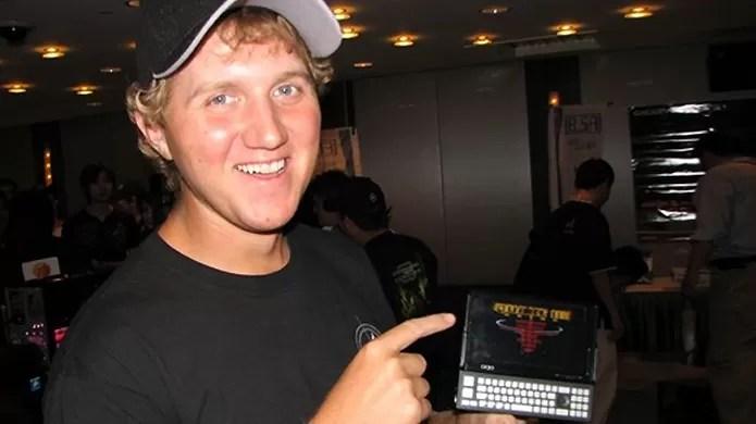 Johnathan exibe sua primeira paixão, Quake 3, no telefone (Foto: obsoletegamer.com)