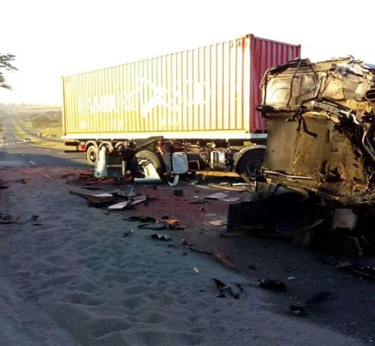 Acidente entre dois caminhões deixa carga espalhada em trecho da Rodovia Washington Luís em Santa Adélia. (Foto: Arquivo pessoal)
