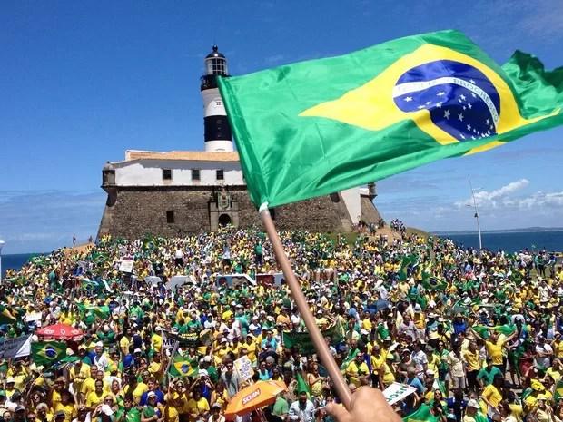 Manifestação em Salvador começou por volta das 10h50 no Farol da Barra (Foto: Henrique Mendes/G1 BA)