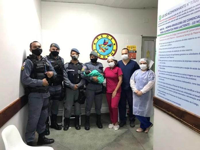 Recém-nascido foi levado por policiais para maternidade em Manaus. — Foto: Divulgação/Polícia Militar