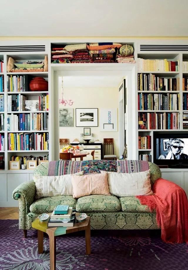 Na fazenda do sofá, a cor fica mais diluída, mas ainda bastante presente no ambiente (Foto: Pascal Chevallier/Arquivo Vogue)