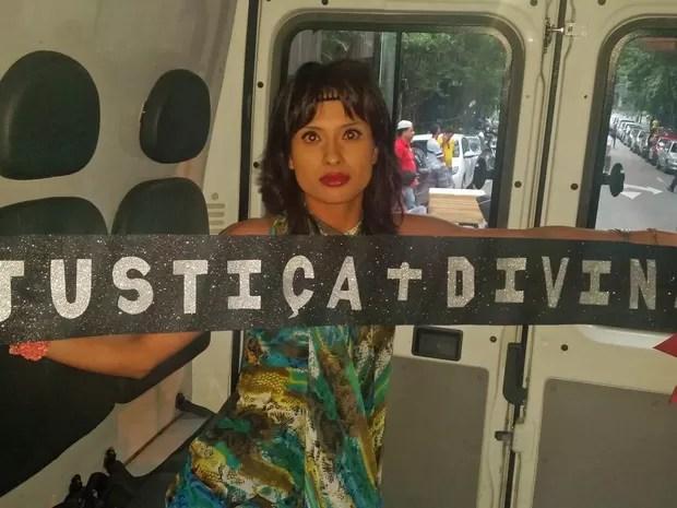 A jovem Jéssica dos Santos, de 25 anos, foi detida em frente ao Masp, na Avenida Paulista, durante a tarde deste domingo (12).' (Foto: Tatiana Santiago/G1)