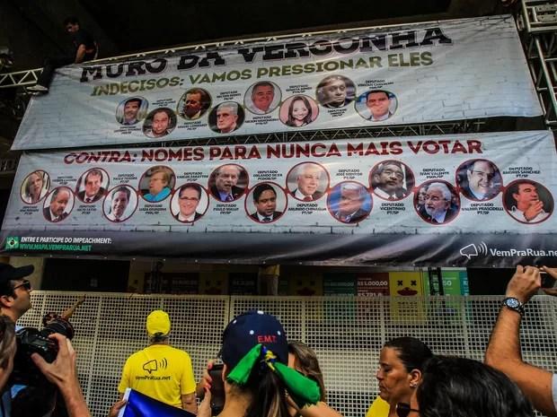 Manifestantes a favor do impeachment da presidente Dilma Rousseff prendem faixas do que eles chamaram de 'Muro da Vergonha' em frente ao prédio da Fiesp na Avenida Paulista, em São Paulo (Foto: Rafael Arbex/Estadão Conteúdo)