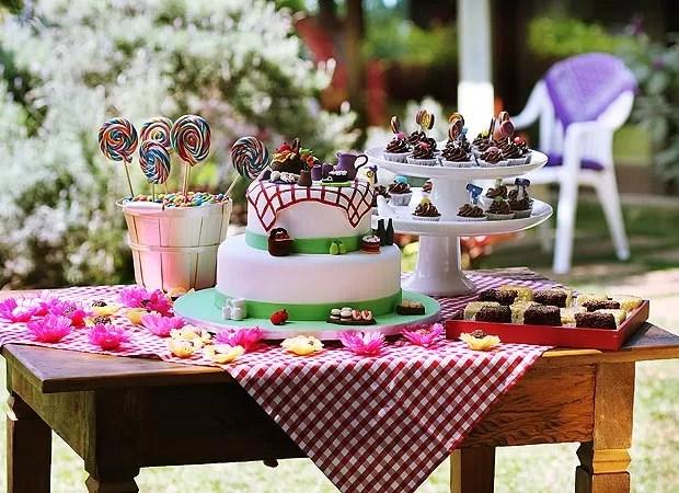 A mesa de doces tem direito a toalha xadrez, R$ 65 na Maria Florzinha, brigadeiros e bichos de pé, R$ 0,63 cada, e quadradinhos de bolo de limão, R$ 1,70, e de chocolate, R$ 2,30, tudo da Fina Farinha. Os docinhos estão em forminhas de flor, de R$ 10,20 a (Foto: Rogério Voltan)