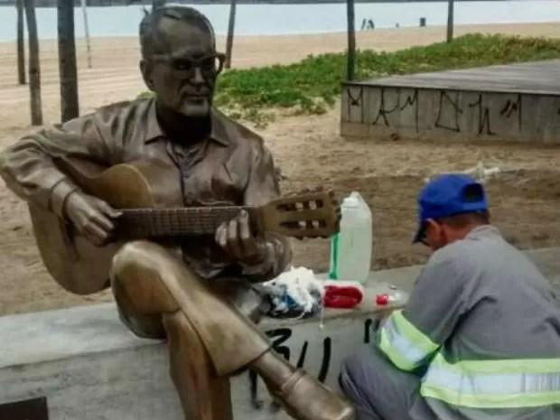Estátua de Maurício de Oliveira é pichada mais uma vez, no ES (Foto: Divulgação)