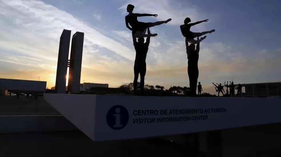 Espetáculo de balé na Praça dos Três Poderes — Foto: Luis Tajes
