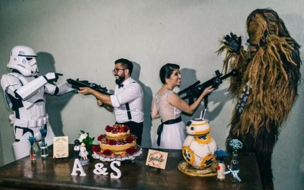 Amigos vestidos de personagens fizeram surpresa para noivos de Piracicaba em festa de casamento  (Foto: Estúdio Story Makers)