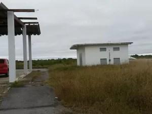 Estrutura de apoio do Aeroporto de Porto Murtinho está com o telhado todo quebrado (Foto: Edicarlos Oliveira/Arquivo Pessoal)