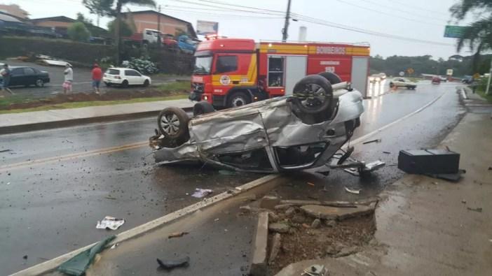 Motorista morreu após capotar veículo na SC-135 em Videira (Foto: Marcio Luiz/Radio Vitória)