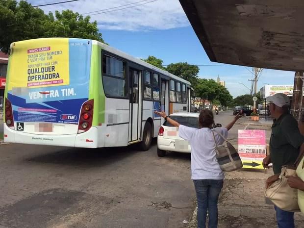 Cabeleireira Sônia Gomes ficou revoltada após ônibus lotado passar direto, em Goiânia (Foto: Murillo Velasco/G1)