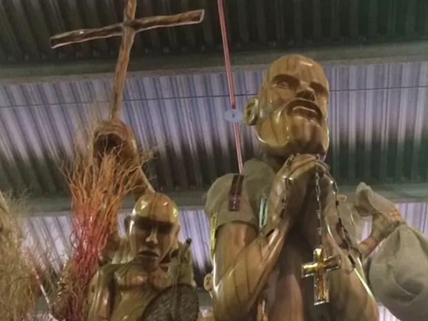 Procissão de fé e esperança em cenário que lembra retirantes em Canudos (Foto: Alba Valéria Mendonça/ G1)