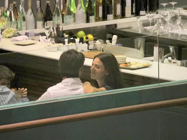 Isis Valverde e o namorado, André Resende, em restaurante na Zona Sul do Rio (Foto: Daniel Delmiro/ Ag. News)
