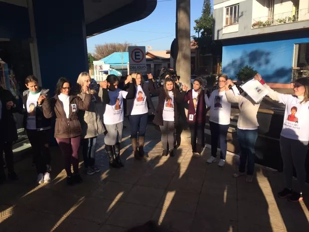 Manifestantes rezam antes da primeira audiência do Caso Bernardo (Foto: Caetanno Freitas/G1)