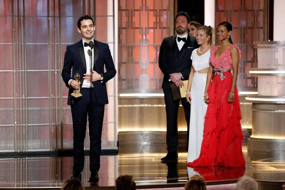 Damien Chazelle recebe o Globo de Ouro de melhor diretor por 'La la land: Cantando estações' (Foto: Paul Drinkwater/Cortesia da NBC/Reuters)