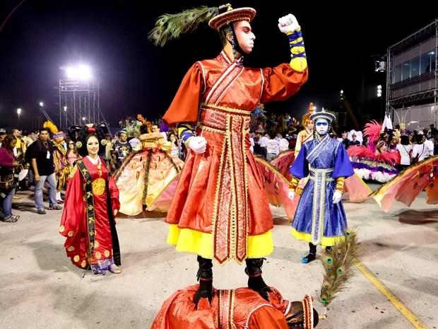 Comissão de frente da Vila Maria representam a fênuix para mostrar o renascimento do povo coreano (Foto: Raul Zito/G1)