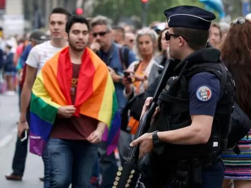 Segurança reforçada na parada gay em Paris (Foto: Reuters / Gonzalo Fuentes)
