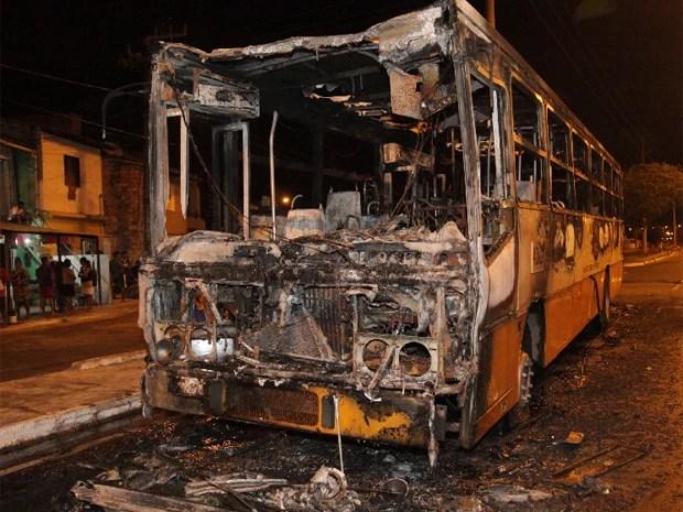 Ônibus foram queimados, em São Luís, durante ataques em 2014 (Foto: De Jesus/O Estado)