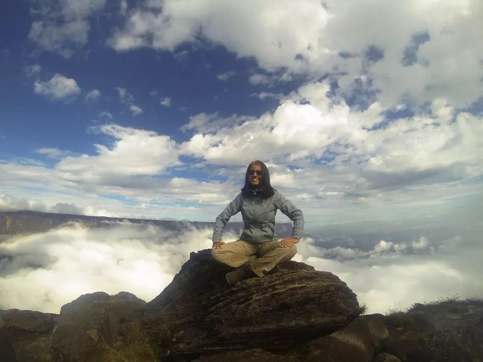 Jussiara Ferreira no cume do Monte Roraima, fronteira entre Brasil, Venezuela e Guiana (Foto: Ju Trekker/Arquivo Pessoal)