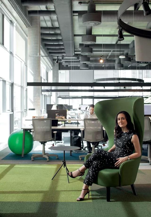 No escritório, coordenar tapete e móveis no tom é uma saída para modernizar e energizar sem exageros (Foto: Gabriel Arantes/Arquivo Vogue)