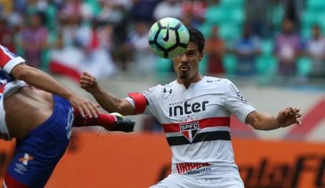 Hernanes luta contra marcação do Bahia no domingo: sofrimento continua (Foto: Rubens Chiri/saopaulofc.net)